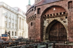 Gateway to the past (kud4ipad) Tags: 2017 krakow poland barbakan architecture morning building gate bridge hotel smcpentaxda1645mmf40