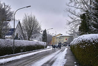 Heimweg von der Schule im Winter