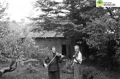 tm_2356 (Tidaholms Museum) Tags: svartvit positiv 1954 fiol musikinstrument