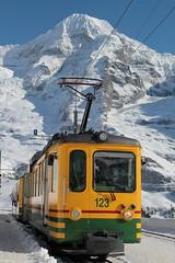 Triebwagen BDhe 4/4 123 der Wengernalpbahn WAB ( Baujahr 1970 - Zahnradbahn - Schmalspur 800 mm - Hersteller SIG SLM SAAS BBC - Zahnradtriebwagen ) im Winter mit Schnee auf dem Bahnhof Wengernalp im Berner Oberland im Kanton Bern der Schweiz (chrchr_75) Tags: hurni christoph chrchr75 chriguhurni februar 2018 schweiz suisse switzerland svizzera suissa swiss albumzzz201802februar albumbahnenderschweiz albumbahnenderschweiz20180105 schweizer bahnen bahn eisenbahn train treno zug albumwabwengernalpbahn wab wengernalpbahn schmalspur schmalspurbahn bergbahn zahnradbahn kantonbern mönch kantonwallis kantonvalais berg mountain montagne alpen alps berner oberland albumgletscherimkantonbern gletscher glacier ghiacciaio 氷河 gletsjer albumbahnenderschweiz20180106schweizer