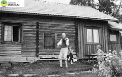 tm_2278/Fryksås, Dalarna 1952. (Tidaholms Museum) Tags: svartvit positiv fiol folkdräkt musikinstrument 1952 dalarna