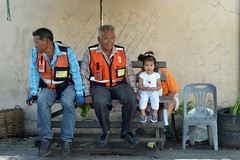 little girl with grandpa motorcycle taxi driver (the foreign photographer - ฝรั่งถ่) Tags: sep262015nikon cute girl child motorcycle taxi drivers wooden bench bangkhen bangkok thailand nikon d3200