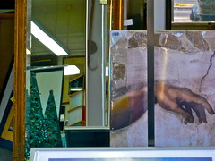 Glaserladen (web.werkraum) Tags: glaserladen unerreicht ks 2018 wollankstr berlinpankow association art ansichten berlin collageconcept coexistent deutschland dual detailaufnahme europa expression einblick flickrnova germany hand unterarm international idol italien inallewindeverstreuen instand jetzt märz nahaufnahme now neighbor nachbar omot reflexion raum street tagesnotiz urban webwerkraum spiegelung schaufenster wegzeichen