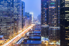 A River runs through it! (RaulCano82) Tags: londonhouse chicago chitown architecture downtown downtownchicago il illinois canon dslr 80d raulcano photography landscape city cityscape lights citylights buildings skyline skyscrapers river water travel trip vacation winter snow ice cold frigid 2018 foggy fog overcast