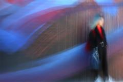 (jc.dazat) Tags: flou blur icm personnage femme woman lady couleurs colours color mur wall peinture paint photo photographe photographie photography canon jcdazat
