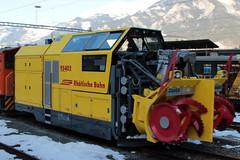 Schneeschleuder Xrot mt 95402 der Rhätischen Bahn RhB ( Hersteller Zaugg - Baujahr um 2012 - Gewicht 24 t - LüP 10.00 m - Schleuder Schneefräse ) im Winter mit Schnee am Bahnhof Thusis im Kanton Graubünden - Grischun der Schweiz (chrchr_75) Tags: hurni christoph januar 2018 schweiz suisse switzerland svizzera suissa swiss chrchr chrchr75 chrigu chriguhurni chirguhurnibluemailch albumbahnenderschweiz albumbahnenderschweiz20180105 schweizer bahnen bahn eisenbahn train treno zug juna zoug trainen tog tren поезд lokomotive паровоз locomotora lok lokomotiv locomotief locomotiva locomotive railway rautatie chemin de fer ferrovia 鉄道 spoorweg железнодорожный centralstation ferroviaria kanton graubünden grischun rhb rhätische meterspur schmalspur bergbahn retica viafier kantongraubünden