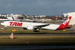 LATAM Airlines Brasil   Boeing 777-300ER   PT-MUH   London Heathrow (Dennis HKG) Tags: tam jj latam latamairlines brazil brasil aircraft airplane airport plane planespotting oneworld canon 7d 100400 london heathrow egll lhr boeing 777 777300 boeing777 boeing777300 777300er boeing777300er ptmuh