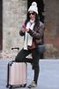 Ester (Agustín 68. Fotografía) Tags: artistico arquitectura arteurbano barcelona barriogótico bufanda color cataluña ciudadconencanto exterior ester fotografia fotografiacreativa farol nikon d7200 modelo mujer ojos ojosverdes posado profundidaddecampo puebloconencanto retrato reportaje reportajefotografico rinconconencanto sesion gorro gafasdesol bolso maleta movil