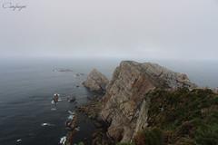 En la cresta de la roca... (cienfuegos84) Tags: sea mountain sky