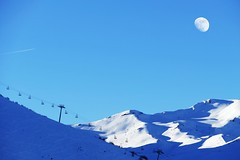 Moon over the mountain (Le.Patou) Tags: pyrénées moon lune coucher de soleil neige montagne mountain snow shadow ombre ski skiing piste slope pente trail winter hiver