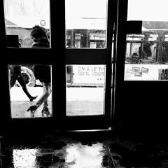 Petite fenêtre sur les mouvements du corps... (woltarise) Tags: montréal outremont stm métro station autobus hiver streetwise