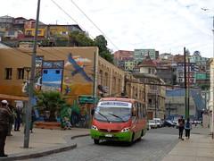 Los colores del puerto (DorisFM) Tags: colores colors gente people autobús bus arquitectura architecture calles streets ciudad city exteriores outdoors valparaíso chile