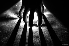 (roby rx) Tags: ombre luci controluce biancoenero blackandwhite mano silhouette