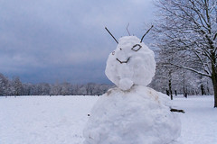 Es ist doch noch Winter geworden! (Janos Kertesz) Tags: schneemann englischergarten münchen munich bavaria bayern winter snowman snow white cold nature season frost frosty frozen man holiday tree
