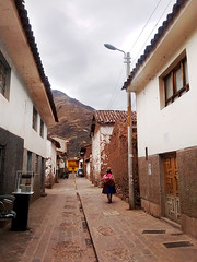 (Nowhere land♪) Tags: pisaq pisac road street calle camino pueblo town chola mujer woman señora indigenous indígena chal shawl houses casas