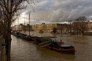 Paris / Flood of the Seine / Le Louvre / Le Port des Saints-Pères