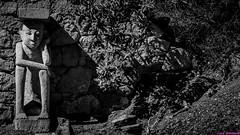 Pensando. 02. Fuerteventura, febrero 2015. (Jazz Sandoval) Tags: 2015 elfumador españa exterior enlacalle blancoynegro blanco bn bw contraste canarias calle curiosidad curiosity digital day dìa escultura fotografíadecalle fotodecalle fotografíacallejera fotosdecalle fuerteventura white islascanarias ilustración jazzsandoval luz light monocromática monócromo negro nero una piedra streetphotography streetphoto sombras unica ùnica uno