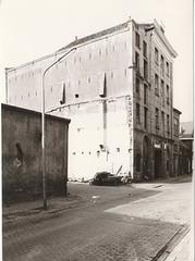 Keizerstraat - Eierveiling (1973) (Barry van Baalen) Tags: gorinchem gorcum gorkum foto photo monochrome 1973 keizerstraat eierveiling building