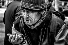 Cavalier en D3, Fou en E5.../ Knight on D3, Bishop on E5 (vedebe) Tags: noiretblanc netb nb bw monochrome homme humain human people echecs jeux ville street rue city urbain urban portraits portrait main mains