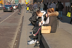 Damrak - Amsterdam (Netherlands) (Meteorry) Tags: europe nederland netherlands holland paysbas noordholland amsterdam amsterdampeople candid centrum centre center damrak streetscene boy girl femme homme guy male snack eating food afternoon aprèsmidi dutch sneakers trainers baskets skets nike february 2018 meteorry airmax nikeairmax98