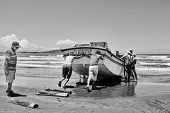 Brasilien 2017-18 Itapirubà Fischer 5 (rainerneumann831) Tags: brasilien itapirubà strand meer fischer boot bw blackwhite blackandwhite ©rainerneumann