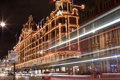 Noches Londinenses (gissell escalante) Tags: longexposure london harrods harrodslondon night lights londres noche luces largaexposicion street noches calles city ciudad
