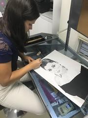 Mi alumna exhibiendo los regalos que ella misma realizó para su familia. (herneysartista) Tags: dibujantes ella alumna retratos esfuerzo clasesdedibujo artista instaart picsart enseñanza clasesdearte drawing draw blancoynegro familia