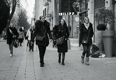 schickimicki@KÖ, Düsseldorf 2 (Amselchen) Tags: pedestrian sidewalk street streetphotography mono city kö düsseldorf germany bnw blackandwhite dof depthoffield sony a7rii alpha7rm2 zeiss carlzeiss sonnart1855 sonnar5518za fe55mmf18za sonyilce7rm2