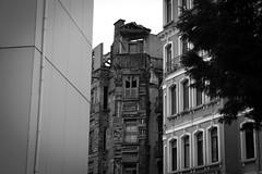 Contrastes (CarlaCarminati) Tags: disparidade contraste contrast modernxold oldbuilding moderno antigo moderoxnovo istanbul istambul turquia turkey abandonado abandoned