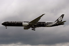 ZK-OKQ (FabioZ2) Tags: londra atterraggio airnewzealand boeing 777319er cn40689 specialcolor