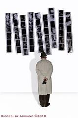 RICORDI (ADRIANO ART FOR PASSION) Tags: ricordi pellicola film uomo mostra bianco bn fantasia osserva immagine immaginazione adrianoartforpassion uomodispalle uomoconcamerafotografica impermeabile impermeabilecrema fotocamera