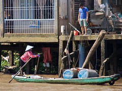 IMGP2598 Rowing with an heavy load (Claudio e Lucia Images around the world) Tags: vietnam mekong mekongdelta delta people water river bath pentax acqua barca pentaxk5 pentax18135 boat lifeontheriver albero cielo rowing load delivery