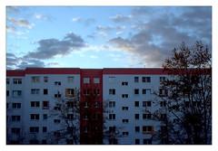 analog - Praktica MTL 5B / Prakticar 50/1.8 - Kodak Gold 200 (tom-schulz) Tags: prakticamtl5b kodakgold200 film 35mm analog epson v330 vuescan berlin thomasschulz frame gimp rahmen haus himmel wolken pentaconprakticar5018 sky clouds