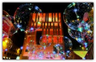 Entre globos de colores