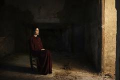 V e s t i g i u m (Tania Cervián) Tags: seleccionar barroco pintura paint luz light woman portrait life dress red picture canon taniacervianphotography