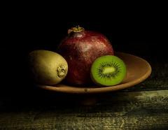 ... (Serdar d.) Tags: nar kivi pomegranate kiwi zeissotus85mm nikond750 longexposure stilllife lightpainting diffuser ışıkileboyama natürmord