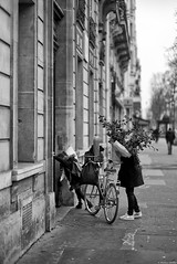 Plaisir d'offrir (Mathieu HENON) Tags: leica m240 noctilux 50mm noirblanc blackwhite nb monochrome france paris 5ième arrondissement vélo fleurs plaisir doffrir