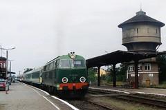 PKP SU45-253 in Kostrzyn op 18-7-2005 (SCAN) by Date J. de Vries - In de zomer van 2005 was ik een paar dagen in Frankfurt am Oder. Vanuit Frankfurt maakte ik korte uitstapjes per trein naar Polen en Tsjechië. De eerste dag (18-7-2005) reisde ik naar het knooppunt Kostrzyn in Polen. Vanuit Kostrzyn gaat een enkelsporige hoofdspoorlijn richting de stad Gorzów. Op deze fraaie lijn reden in 2005 nog getrokken treinen met een Roemeense diesellok van de serie SU45. Halverwege de ochtend kwam ik aan met een DB 628 en na passage van de voetgangerstunnel en de douane, kon ik nog net deze foto nemen van een vertrekkende SU45-253 met D 82100 Kostrzyn-Lublin