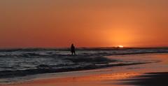 CONTEMPLACION (kchocachorro) Tags: horizon horizonte landscape sun sunset ocean sea beach necochea neco shadow silohuette