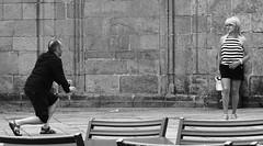 En esta pose (Gabriel Navarro Carretero) Tags: streetphoto streetphotography fotografíacallejera hombre mujer man woman pose fotografía santiagodecompostela blancoynegro blackandwhite blackwhite bnw bw