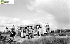 tm_2274/Värmland 1952. (Tidaholms Museum) Tags: svartvit positiv semester värmland 1952 buss fordon
