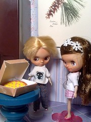 Toy-in-the-Frame Thursday; and Blythe-a-Day#7. Pizza: Leo and Bindi