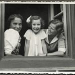 Archiv FaMUC243 Münchner Familie, Fensterblick, 1940er thumbnail