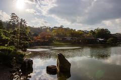 Au bord du lac (StephanExposE) Tags: japon japan asia asie stephanexpose hikone hikoneshi jardin garden parc park eau water lac lake soleil sun ciel sky arbre tree automne autumn