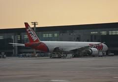 JJ B77W GRU (Luis Fernando Linares) Tags: aviation avgeek airlines airplane airport aircraft apron ramp gate boeing widebody sbgr guarulhos gru jj tam latam brasil jet twinjet ge90