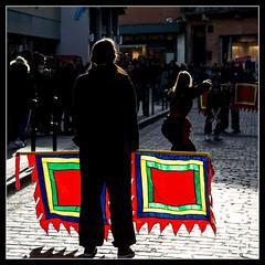 Démonstration d'art martial dans la rue / Demonstration of martial art in the street - Toulouse (christian_lemale) Tags: art martial fanion banderole pennon pennant banner toulouse france nikon d7100