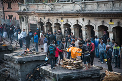 Hindu funeral tradition: Cremation in Pashupatinath (rfabregat) Tags: ritual tradition cremation funeral hinduism hindu nepal nepalese pashupatinath temple hindutemple nikon nikon750 nikond750 d750 nikkor nikkorlenses 24120mm nikkor24120mm fullframe people culture antropology
