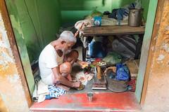 Repas du repasseur Varanasi Color (geolis06) Tags: geolis06 asia asie inde india uttarpradesh varanasi benares portrait pantspresser repasseur