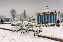 Las bicicletas son para el verano (Carpetovetón) Tags: nieve castro castrourdiales nevada sonya6000 cantabria españa bici bicicleta tiovivo