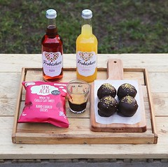 A couple of new things recently 😋 have you tried these Sweet Chilli crisps from @ten_acre_snacks? They are 👌 and GF, DF, MSG free and vegan too 😇 and these sparkling juices from @frobishersjuices 👍 we have vegan bombs too: a (bombompatisserie) Tags: loughborough cake cafe bom patisserie